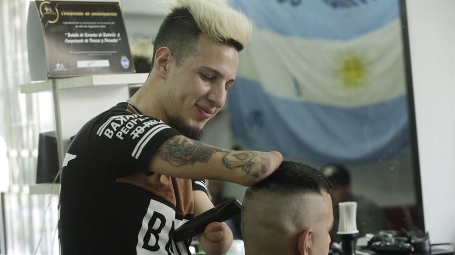 (+Video) Tenacidad: Discapacidad motora no impide a joven argentino cumplir su sueño de ser barbero