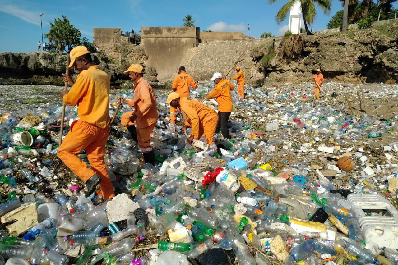 Más de 300 toneladas de basura han sacado de playas de República Dominicana (+video)