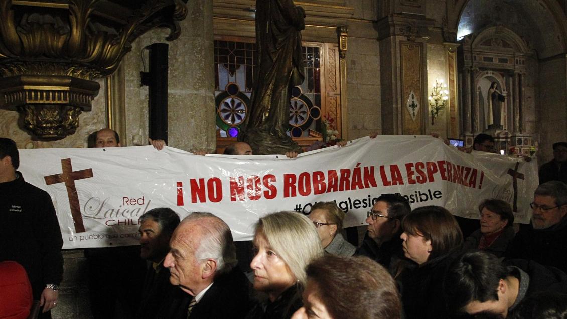 Manifestantes encaran a Ezzati mientras lideraba su primera misa tras ser citado como imputado por la Justicia