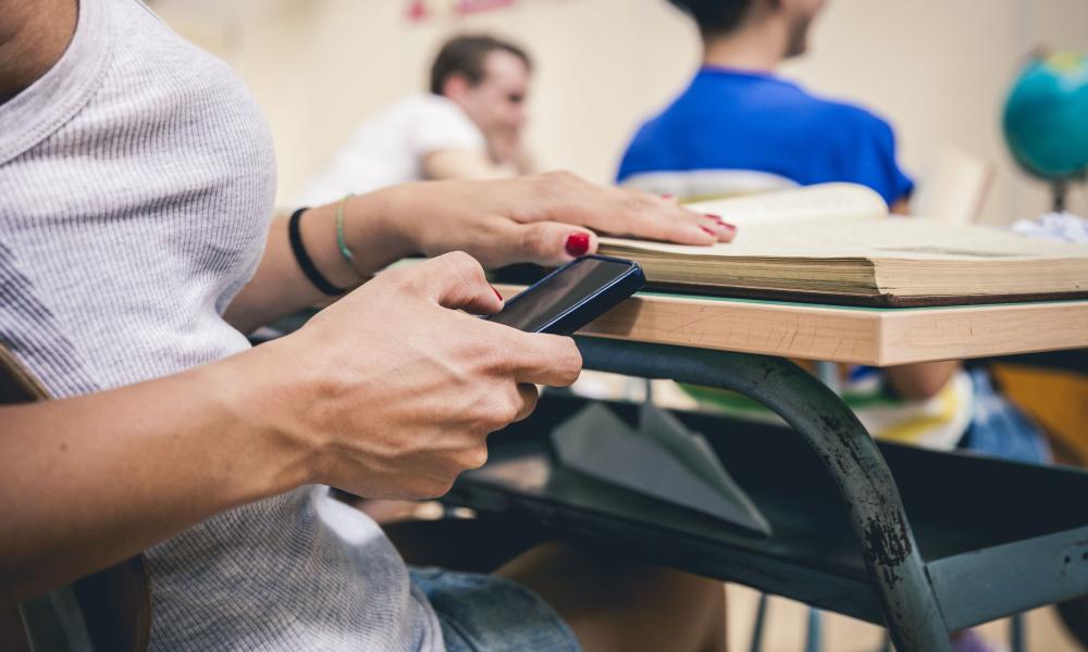 Prohibir o no prohibir los teléfonos en la escuela, esa es la cuestión