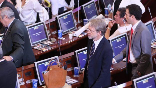 Por bajarse los pantalones y mostrar su trasero será castigado senador colombiano