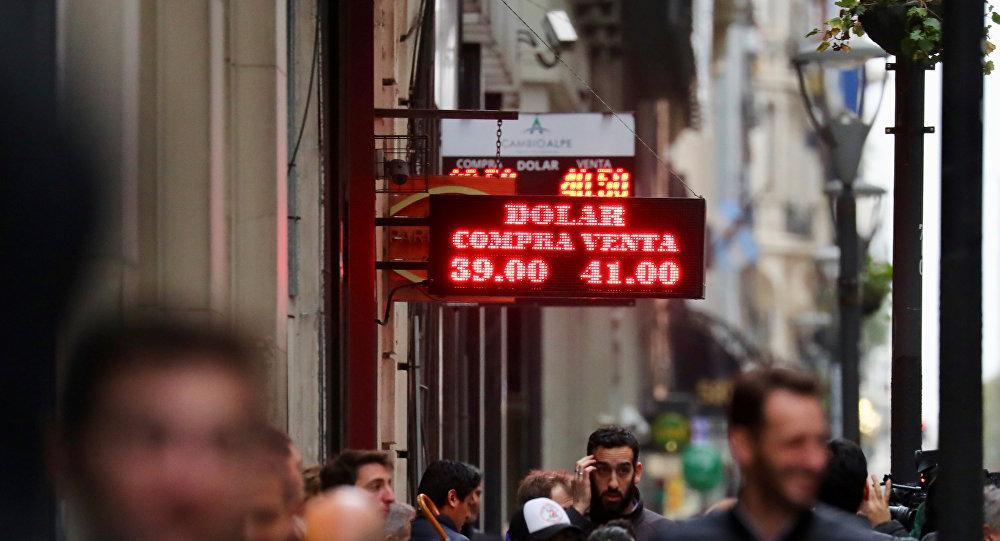 Dólar escaló a 41 pesos argentinos y el Banco Central subió la tasa de interés a 60%