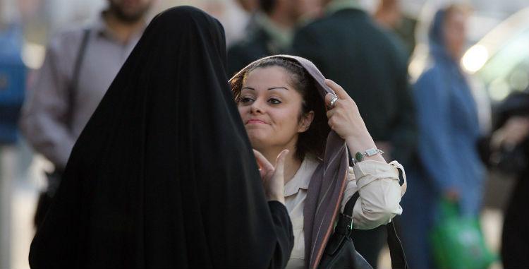 (Video) Una mujer musulmana desafía a un clérigo quitándose su hiyab después que la amenazara con detenerla