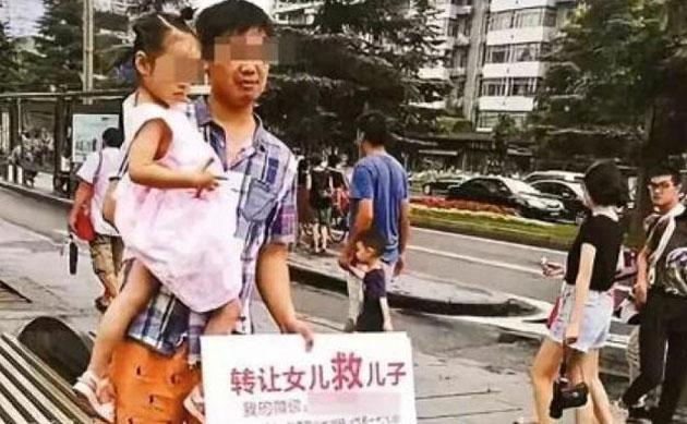 Chino trata de vender su hija para salvar la vida a su otro bebé aún y cuando había recibido ayuda
