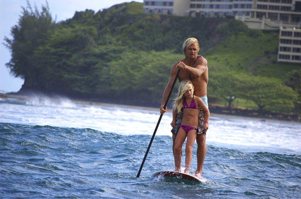 Un legendario surfista salva a 15 niñas de las terribles inundaciones en Hawái