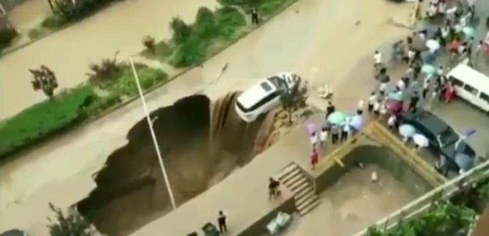 """(Video) """"Agujero negro"""": Se forma en carretera y por poco 'desaparece' un vehículo"""