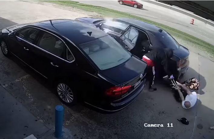 (Video) La golpearon y atropellaron para robarle $75.000 que había retirado del banco