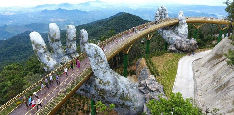 (+Video, Fotos) Vietnam sorprende a sus turistas con un impresionante puente de 1.400 metros de altitud