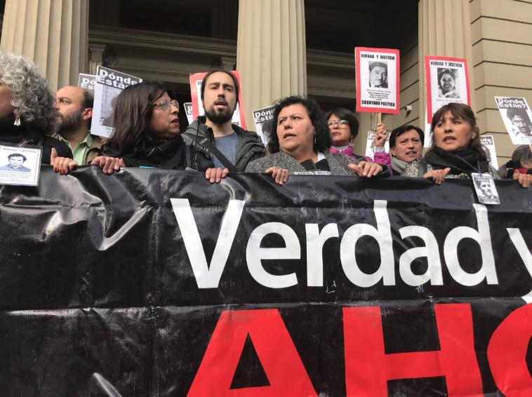 """Familiares de detenidos desaparecidos advierten que libertad condicional para violadores de DDHH pone """"en riesgo la democracia"""""""