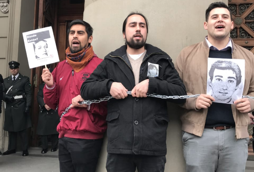 Manifestantes se encadenan al Palacio de Justicia en rechazo a libertad condicional para violadores de DDHH