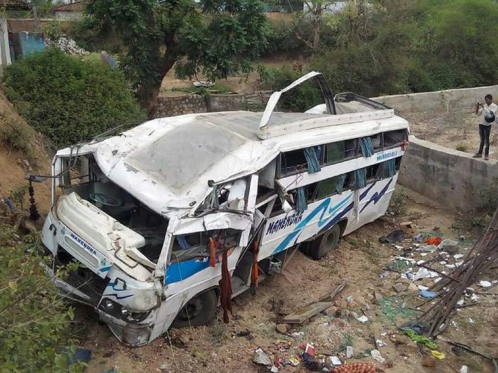 Al menos 20 muertos al colisionar autobús con camión cisterna en Pakistán