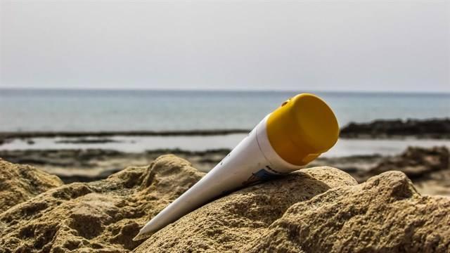 El dióxido de titanio que tienen las cremas solares contamina las playas