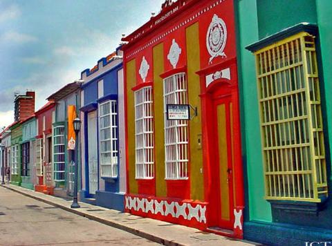 (+Fotos) Más colorida del mundo: calle de ciudad venezolana compite como espacio urbano vistoso