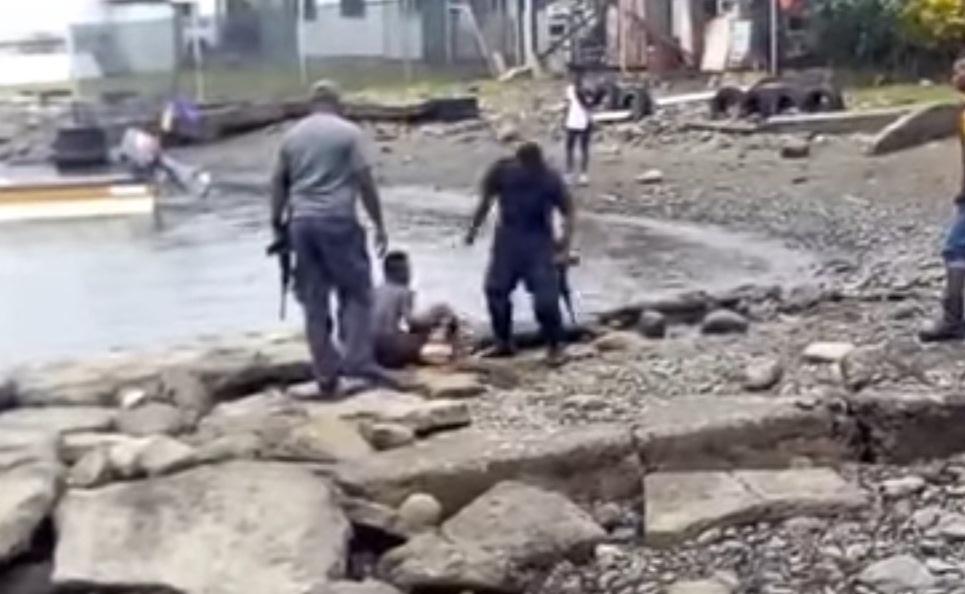 (+Video) Policías dan brutal golpiza a joven de 16 años e indignan a población en Nueva Guinea
