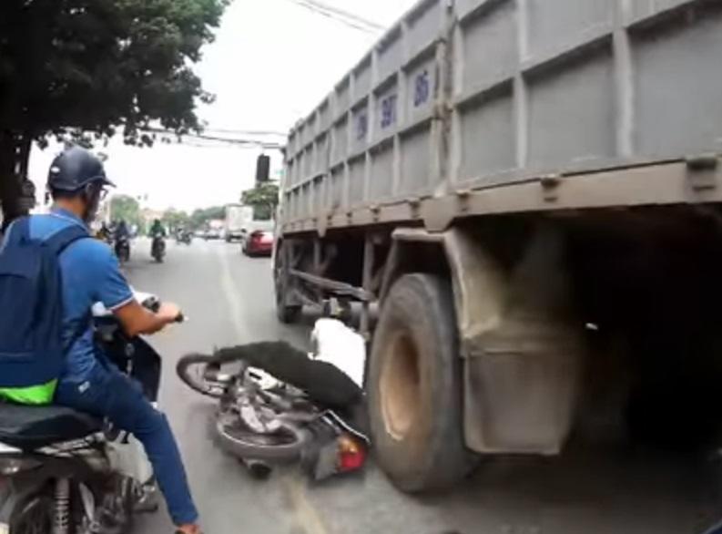 motorizado casi muere pisado por un camión