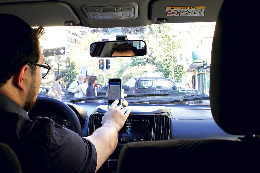 Taxistas piden «suspensión inmediata» de Uber mientras se discute su regulación