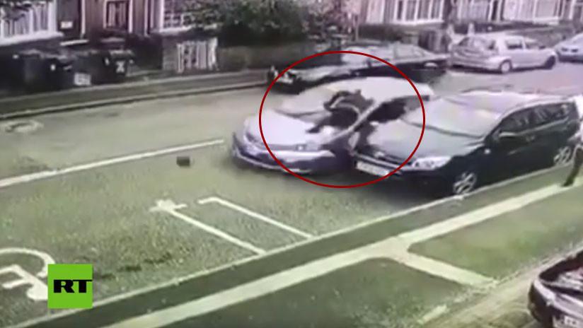 (Video) ¡Con machete en mano y encapuchado! Un pandillero fue atropellado por la espalda