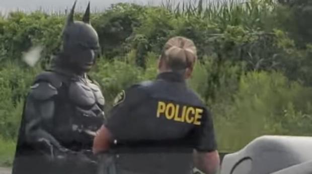 (Video) ¡Santa locura! Batmán es detenido en Canadá mientras conducía su Batimóvil