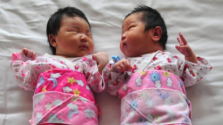 China planea eliminar la regla de solo dos hijos por pareja