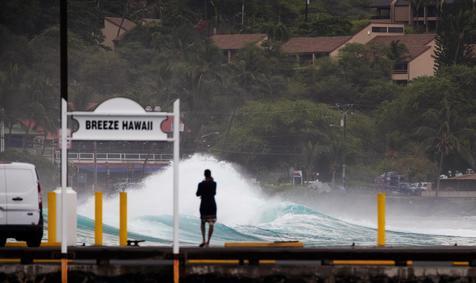 (Video) El huracán Lane causa pánico y sus primeros estragos en Hawái