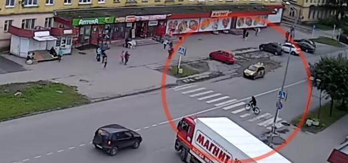 (Video) Inexplicable:  Joven es arrollado y arrastrado por mas de 5 metros pero sale ileso