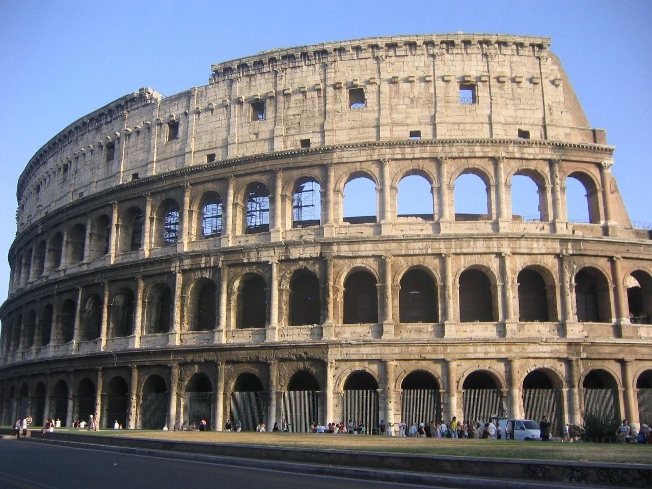 «Vendedores ambulantes» abusan de los turistas que visitan el Coliseo romano