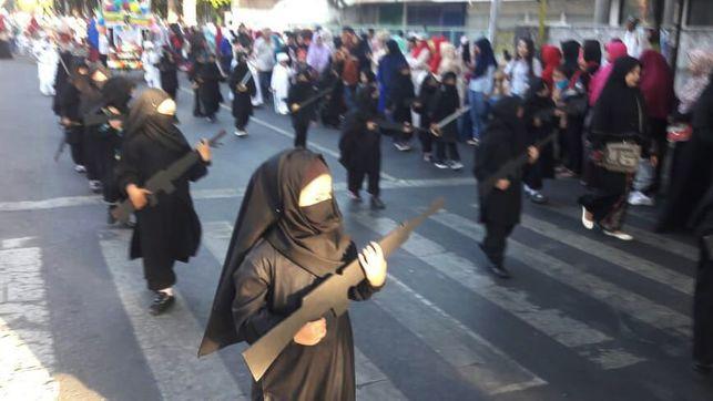 Niñas se disfrazan de yihadistas en Indonesia y se desatan fuertes controversias