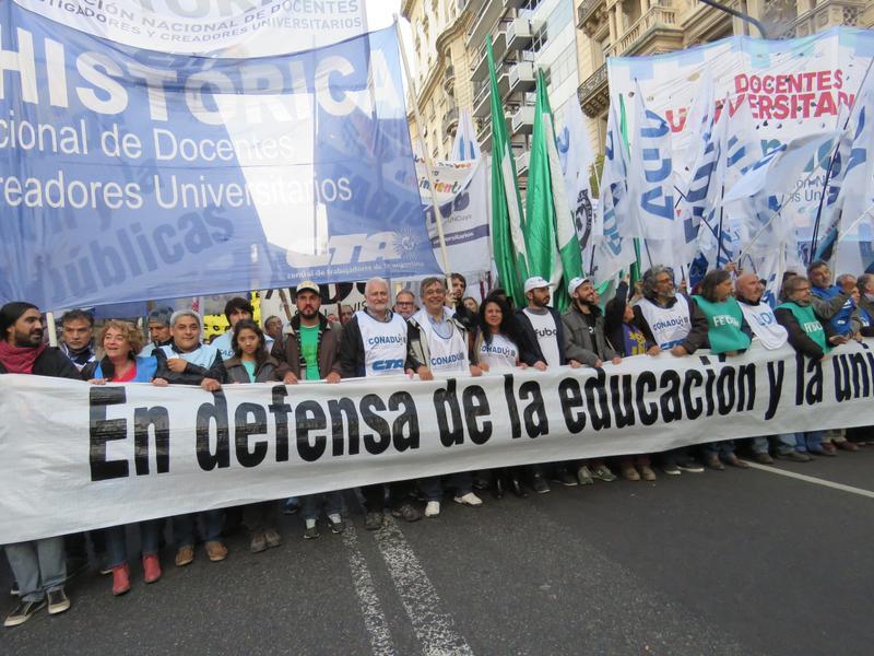 Docentes universitarios argentinos se le plantan a Macri por mejores salarios