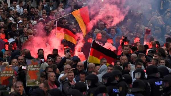 (Video) Neonazis se lanzan a «cazar» inmigrantes en Alemania