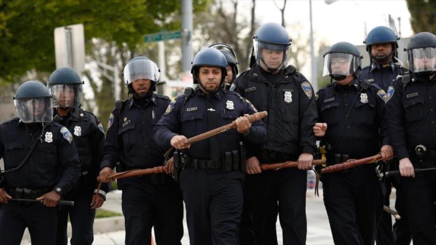 (Video) Hombre se enfrenta a puños con cuatro policías que intentan reducirlo