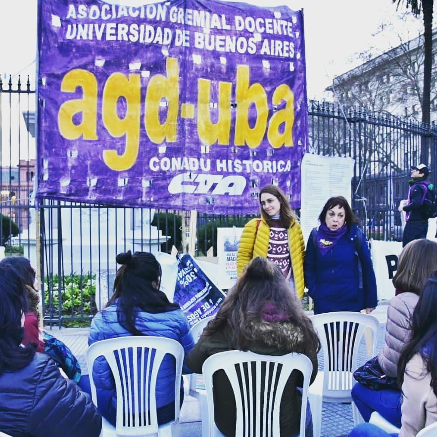 Profesores argentinos dictan clases en la calle para exigir mejoras salariales