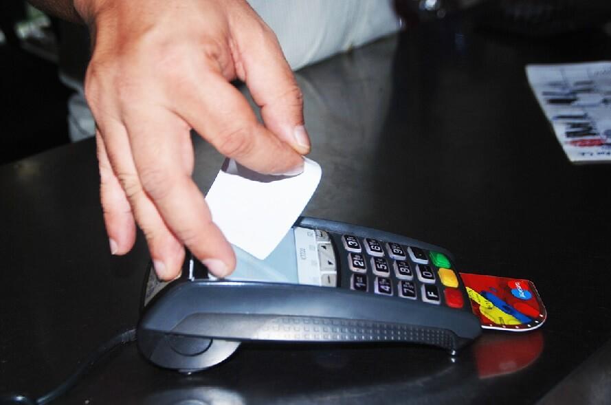 Jubilados y pensionados cobrarán sus haberes con tarjeta de débito