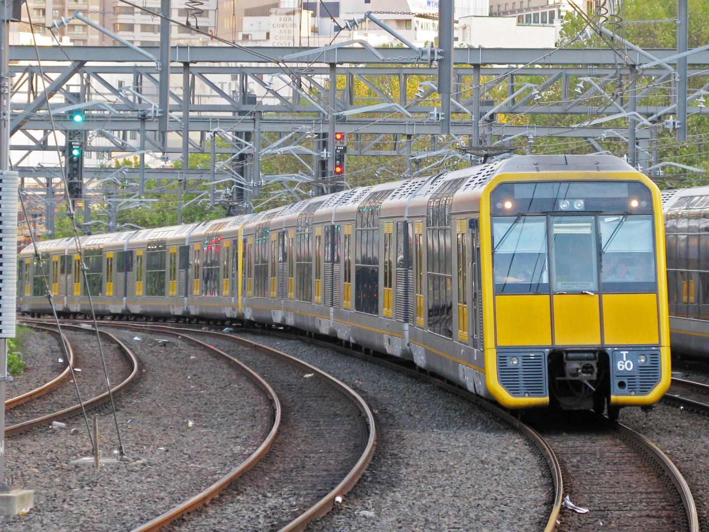 (Video) Un adolescente trata de tirar a su novia a las vías del tren en Australia