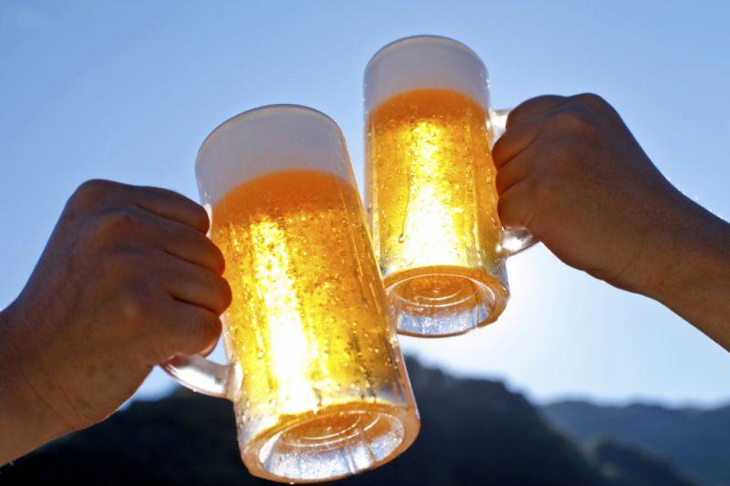 """(Video) ¿Mala copa? Compiten con """"fondo blanco"""" de cerveza y el final es inesperado"""