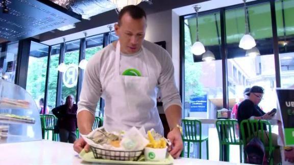 (Video) A-Rod perdió una apuesta con Mark Wahlberg y tuvo que trabajar de mesonero