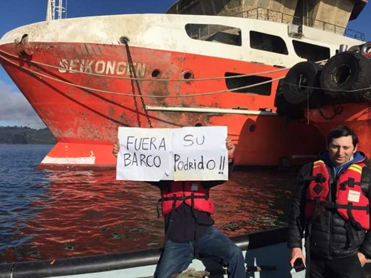 Descarga de barco con salmones podridos enciende las alarmas en habitantes de Calbuco