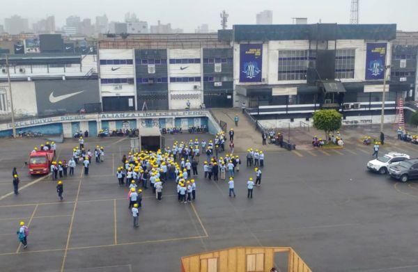 Miembros de una iglesia evangélica ocupan las instalaciones del club Alianza Lima
