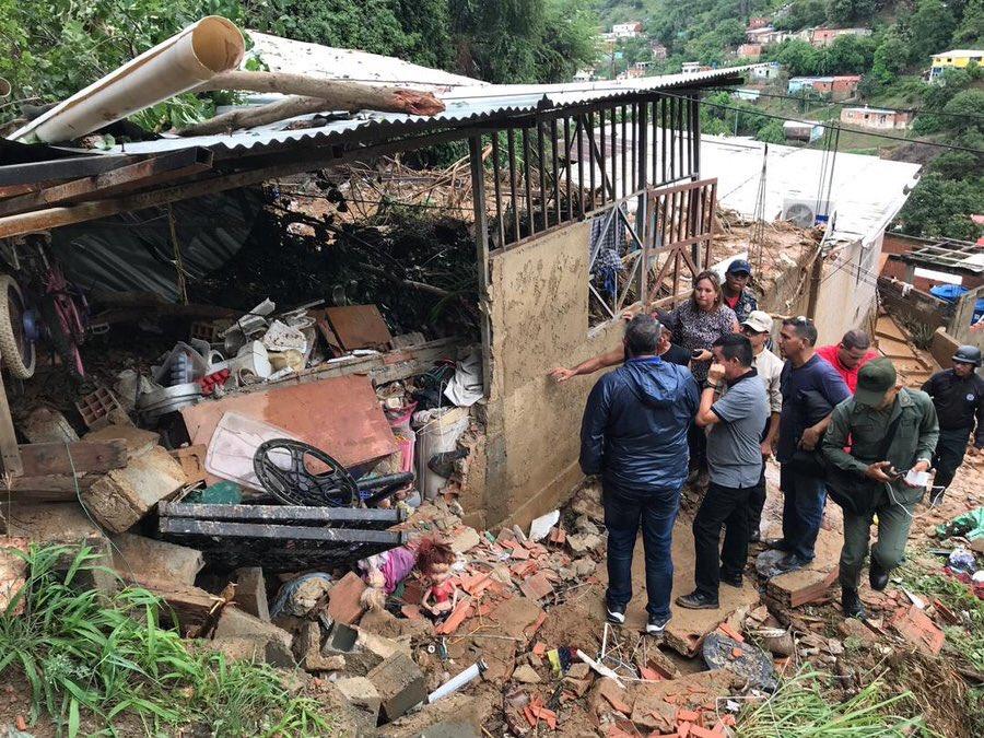 (Videos) Fuertes lluvias en Vargas provocaron un deslizamiento de tierra que mató a dos menores