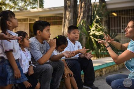 Educadores mexicanos se las ingenian para ayudar a estudiantes con discapacidad