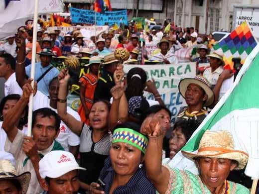 (Video) Indígenas de la comarca Ngäbe Buglé se enfrentan a la policía en Panamá