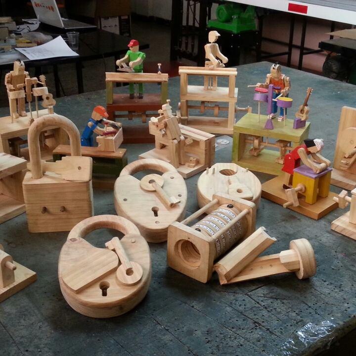 El juguete de madera se abre paso en la era digital