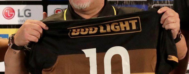 Maradona viste la camiseta de Sinaloa