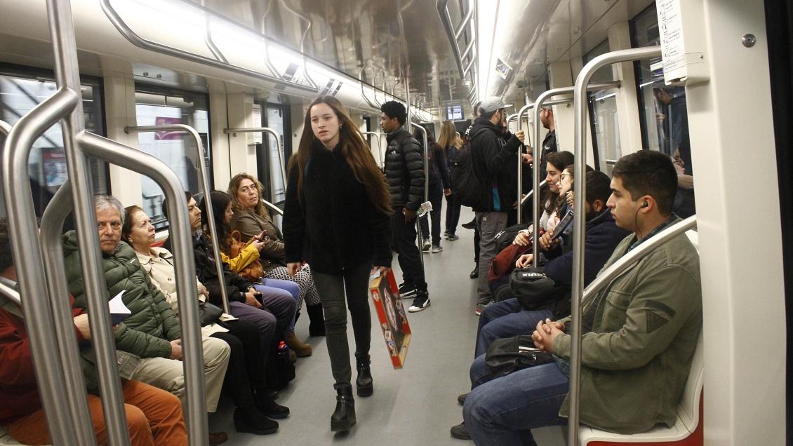 Gobierno rechaza propuesta de implementar vagones exclusivos para mujeres en el Metro de Santiago