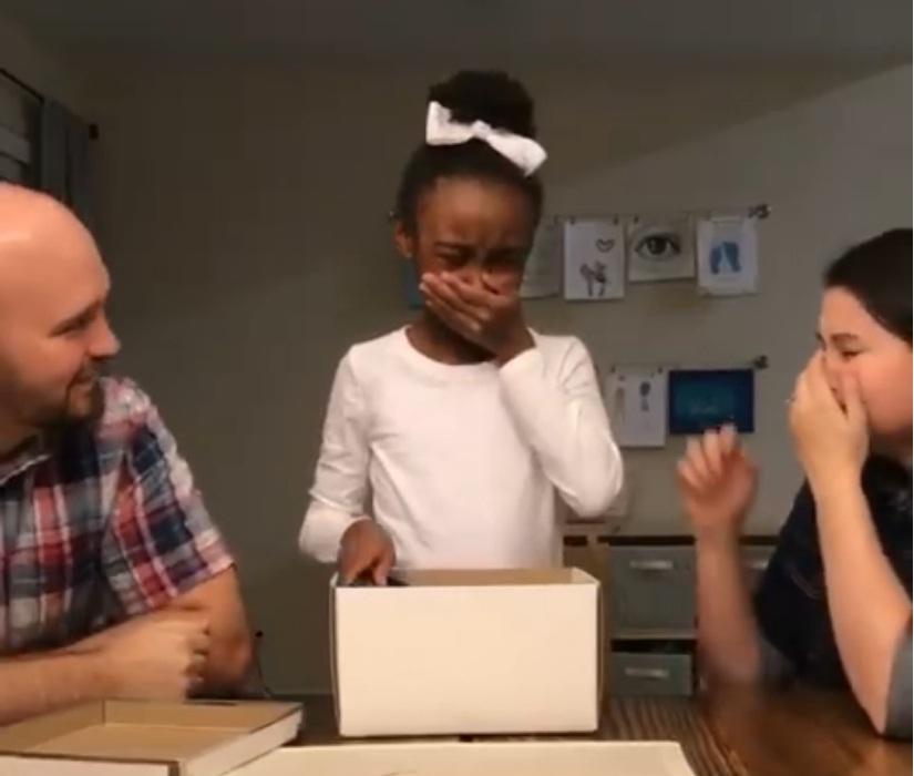 (Vídeo) Niña se desplomó en llanto al conocer la noticia de su adopción