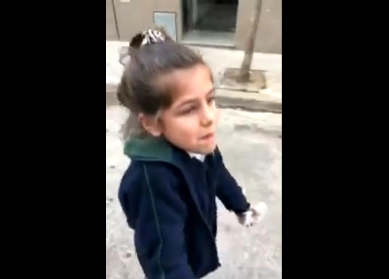 (Video) Niña molesta con sus padres se hace viral en Twitter