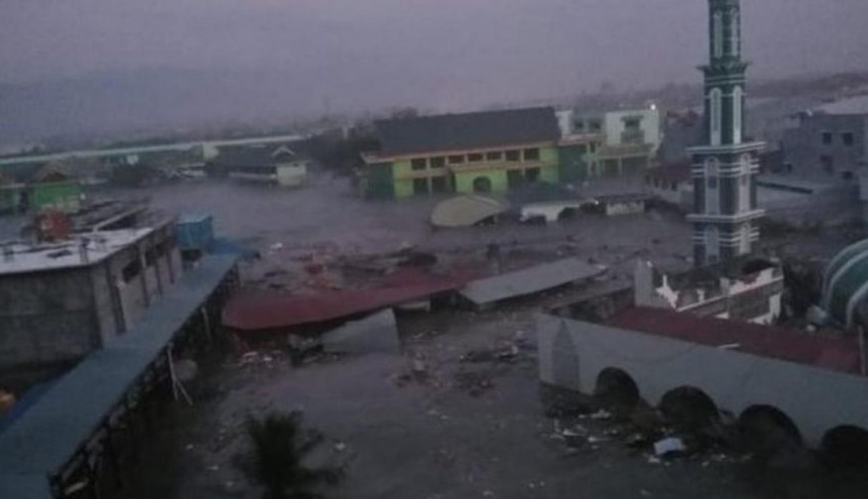 (Vídeo) Casi 400 fallecidos contabilizados por terremoto y tsunami en Indonesia