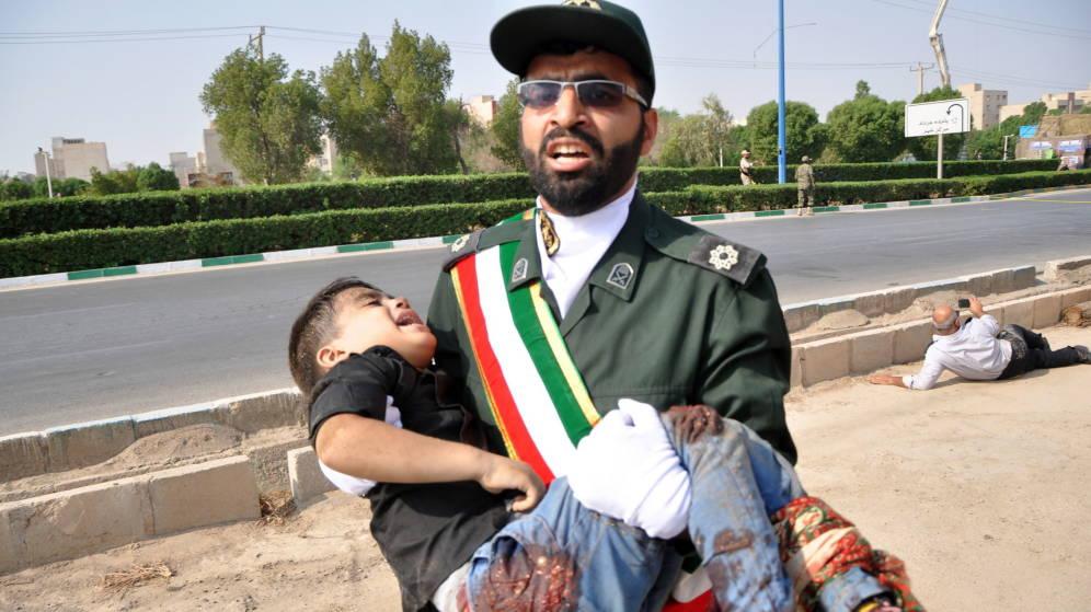 (+VIDEO) Atentan contra desfile militar en Irán y graban el momento exacto