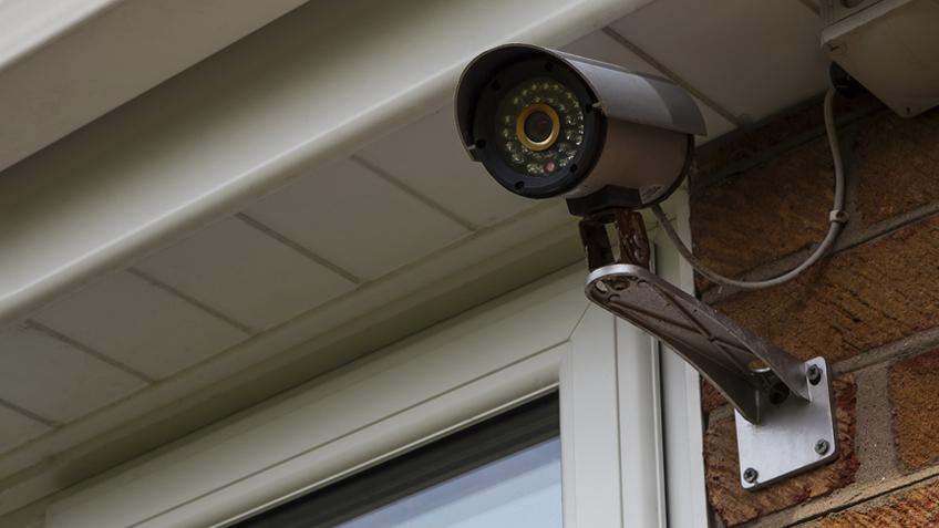 Mujer coloca cámaras de seguridad y descubre que un hombre semidesnudo la espía por la ventana