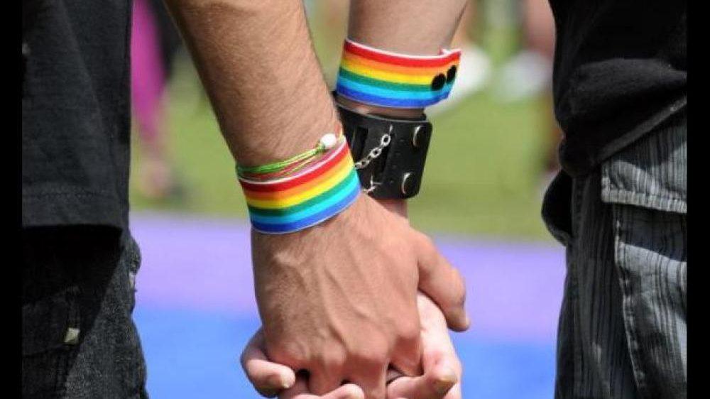 (Video) Cavernario: Denuncian que locatario amenazó con bate de béisbol a pareja gay