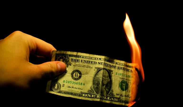Gobiernos ejecutan ofensiva contra el dólar y lo hacen arder